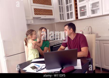 La famiglia felice avente tempi di divertimento a casa insieme