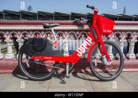Uno di Uber il GPS attivato il pedale elettrico-assist Jump biciclette parcheggiate su Blackfriars Bridge nella zona centrale di Londra, Regno Unito Foto Stock