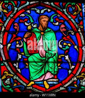 Vetro colorato nella cattedrale di Notre Dame di Parigi, Francia, raffigurante Mosè che trasportano le tavolette di pietra con i dieci comandamenti