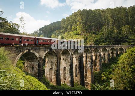 Il treno attraversa nove ponte di Arco, Ella, provincia di Uva, Sri Lanka, Asia