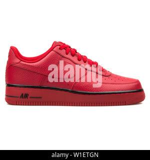 Red Nike Air Force One scarpe in vendita per $130 presso il
