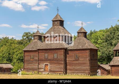 Vecchia chiesa di legno in Ucraina. Antica tradizionale ucraina ortodossa Foto Stock