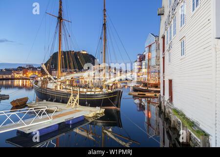 Porto nella parte anteriore del monte Aksla in Alesund, More og Romsdal, Norvegia occidentale, Norvegia, Scandinavia, Nord Europa, Europa Foto Stock