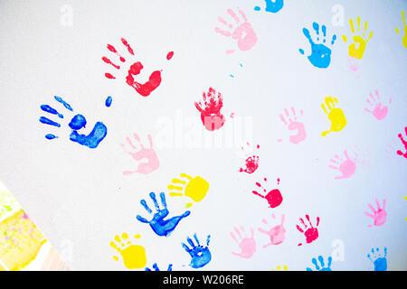 5050c3cf7a Il rosso e il blu impronta di bambini con le mani in mano guazzo ...