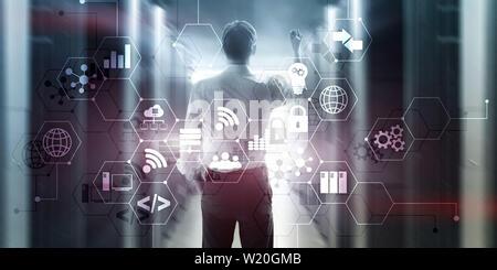 Concetto digitale internet delle cose di informazioni e tecnologia di telecomunicazione. La doppia esposizione di icone e sala server sullo sfondo