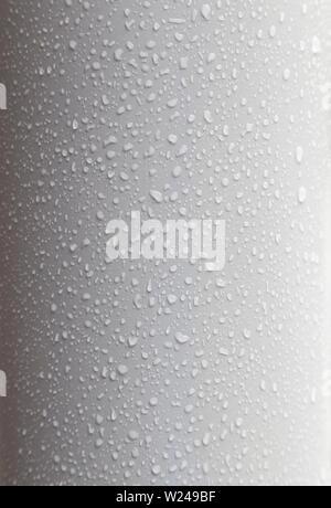 Close-up di gocce d'acqua su una superficie pulita, piegate e luce di plastica superficie grigia. Alta risoluzione full frame dello sfondo. Foto Stock