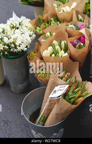 Mazzi di fiori in vendita in un fioraio stallo nella Borough Market. Formato verticale. Foto Stock