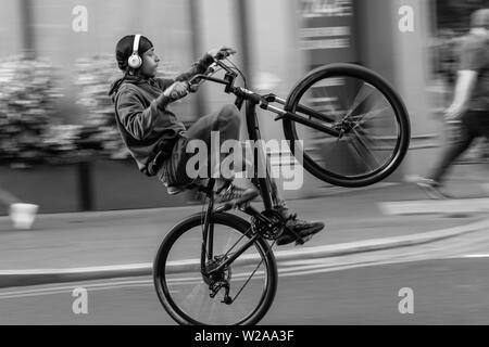 Escursioni in bicicletta ragazzo di strade di Londra Foto Stock