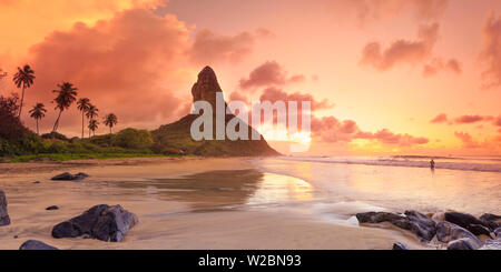 Il Brasile, Fernando de Noronha, Conceicao beach con il Pico de Morro mountain in background Foto Stock