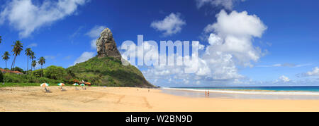 Il Brasile, Fernando de Noronha, Conceicao spiaggia con Morro Pico Mountain in background Foto Stock