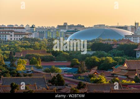 Cina, Pechino, Centro Nazionale per le Arti dello spettacolo o National Grand Theatre (da Paul Andreu) e la Città Proibita Foto Stock