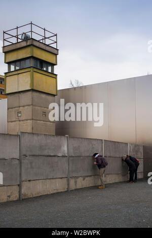 Germania, Berlino Prenzlauer Berg, Memoriale del Muro di Berlino, ex torre di avvistamento Foto Stock
