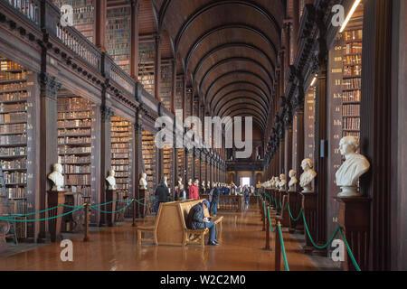Irlanda, Dublino Trinity College, il vecchio edificio della biblioteca, sala lunga, interno Foto Stock