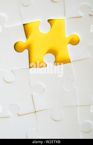 Bianco più pezzi di un puzzle messo insieme senza un pezzo. Vista da sopra. Foto Stock
