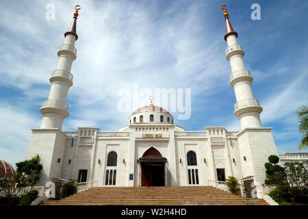 La Moschea Al-Serkal. Ingresso principale con due minareti. Phnom Penh. Cambogia.