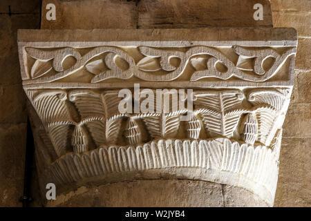 Italia Molise Matrice (Cb) - Chiesa di Santa Maria della Strada XI - XII secolo - colonna con capitale con square abacus Foto Stock