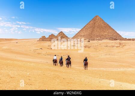 Equitazione vicino le Grandi Piramidi di Giza in Egitto. Foto Stock