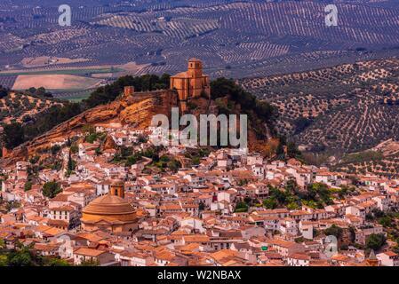 Angolo di alta vista sulla collina sopra la città di Montefrio, provincia di Granada, Andalusia, Spagna. Montefrio è stato chiamato uno dei migliori dieci città con i migliori