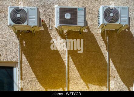 3 Le unità aria condizionata su una casa francese parete Foto Stock
