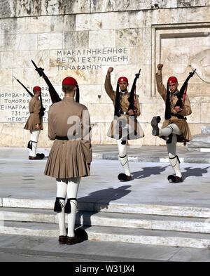 Evzones facendo il cambio della guardia presso la tomba del milite ignoto di fronte al parlamento greco edificio, Piazza Syntagma, Atene, Grecia Foto Stock