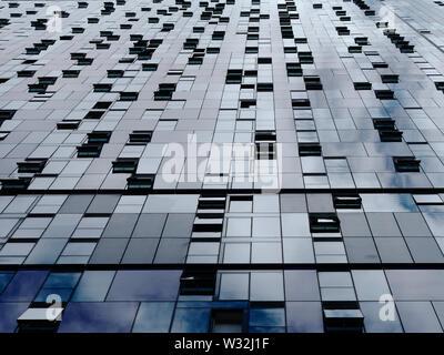 Abstract sfondo metallico. Diminuzione prospettiva di edificio moderno a parete e windows. Foto Stock