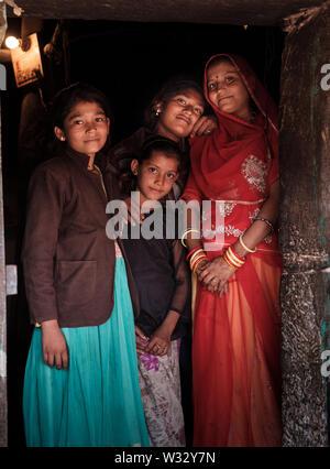 DECHU, INDIA - CIRCA NOVEMBRE 2018: Famiglia presso la loro porta sul villaggio in Dechu, Rajasthan.
