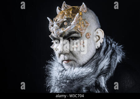 Il demone di poppa con pallida pelle bianco colorato con oro. Malvagia creatura controllando la neve e il gelo invernale, dio. Monster con spine sulla faccia di indossare pellicce Foto Stock