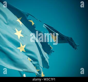 Flag è strappato a lato, simbolo di problemi, decadenza, disintegrazione, decomposizione, ripartizione. Unione europea dodici stelle bandiera strappata e con nodi in Foto Stock