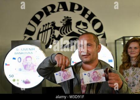 Praga, Repubblica Ceca. 14 Luglio, 2019. Tutti i 5.000 euro commemorative banconote dotate di leggendario cantante ceco Karel Gott il ritratto, rilasciata in occasione del suo ottantesimo compleanno, sono stati venduti in Supraphon Musicpoint shop nel centro di Praga il 14 luglio 2019, le vendite del negozio manager Michael Pospisil ha confermato per CTK. Le banconote in euro, che hanno un valore pari a zero il valore nominale, ha suscitato un grande interesse di Gott è un fan di alcuni dei quali ha iniziato la messa in coda al di fuori del negozio sulla piazza Jungmann sabato notte già. Fino a questa mattina la coda era abbastanza a lungo. Credito: Michal Kamaryt/CTK foto/Alamy Live News Foto Stock