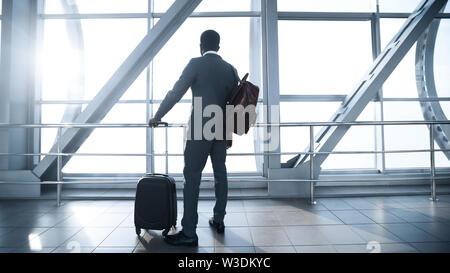Viaggio di affari. Imprenditore Afro all aeroporto terminale gate di imbarco Foto Stock