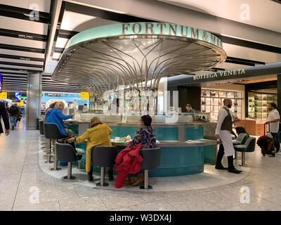 London, Regno Unito - 20 Maggio 2019: Fortnum e Mason cafe bar di Heathrow Airport. Questo famoso London rivenditore è rinomato per la buona cucina, tè, caffè e w