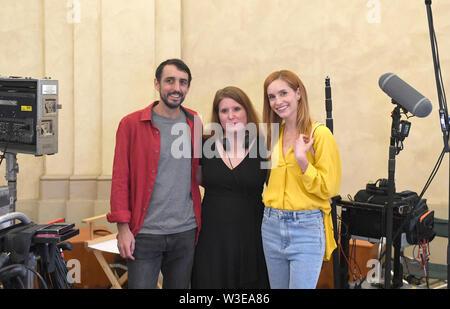 Direttore Fiona Ziegler (centro) girato un Swiss-Czech road movie perduta nel paradiso a Praga Repubblica Ceca, luglio 15, 2019. Attori DOMINIQUE JANN (sinistra) e HANA VAGNEROVA (destra) svolgono ruoli principali. Foto Stock