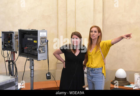 Direttore Fiona Ziegler (sinistra) girato un Swiss-Czech road movie perduta nel paradiso a Praga Repubblica Ceca, luglio 15, 2019. . Attori DOMINIQUE JANN e HANA VAGNEROVA (destra) svolgono ruoli principali. Foto Stock