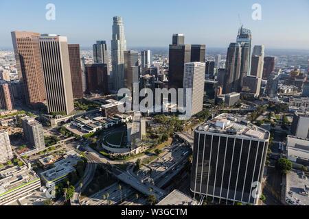 Los Angeles, California, Stati Uniti d'America - 6 Agosto 2016: antenna Pomeriggio di edifici e strade nel centro cittadino di Los Angeles.