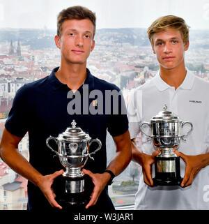 Repubblica ceca i giocatori di tennis R-L Jonas Forejtek e Jiri Lehecka mostrano i loro trofei per il primo posto nel Boys' raddoppia il 2019 campionati di Wimbledon, il 16 luglio 2019, a Praga, Repubblica Ceca. (CTK foto/Vit Simanek) Foto Stock