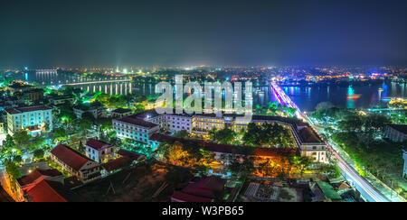 Panoramica della città di notte colorati scintillante vista da sopra in tinta, Vietnam.