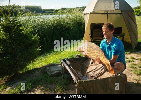 Le avventure di pesca, la pesca alla carpa Foto Stock