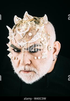 Il demone di poppa con faccia male guardare isolati su sfondo nero. Monster con spine e golden dragon pelle. Mitica creatura Bestia magica, fiabe Foto Stock