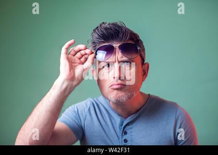 Closeup Ritratto di giovane serio con gli occhiali da sole. Persone, emozioni e stile di vita Foto Stock