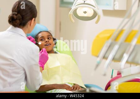 Dentista femmina in guanti asettici azienda strumenti per dentisti