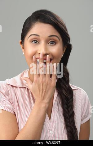 Ritratto di una giovane donna sorridente Foto Stock
