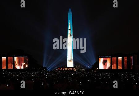 Washington, Stati Uniti d'America. Il 20 luglio, 2019. Una immagine di un Saturn V rocket, che è stato utilizzato durante l'Apollo 11 sbarco sulla luna missione, viene proiettata sul Monumento di Washington a Washington, DC, Stati Uniti, 20 luglio 2019. La proiezione mostra è quello di celebrare il cinquantesimo anniversario dell'Apollo 11 sbarco sulla luna. Credito: Liu Jie/Xinhua/Alamy Live News Foto Stock