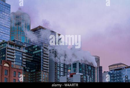 Il vapore attraverso Alba skyline di Seattle, Washington Foto Stock