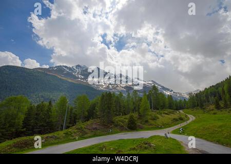 Vista dal Passo Gavia, un valico alpino del sud delle Alpi Retiche, segna il confine amministrativo tra le province di Sondrio e Brescia Foto Stock