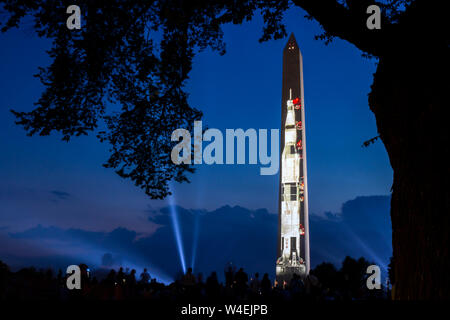 Apollo 11 Saturn V razzo proiettato sul Washington Monument al National Mall in commemorazione del 50° anniversario di atterraggio lunare 20 luglio 2019. Foto Stock