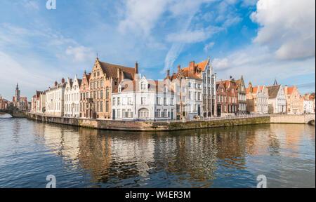 Edifici medievali lungo un canale Spiegelrei a Bruges, Belgio Foto Stock