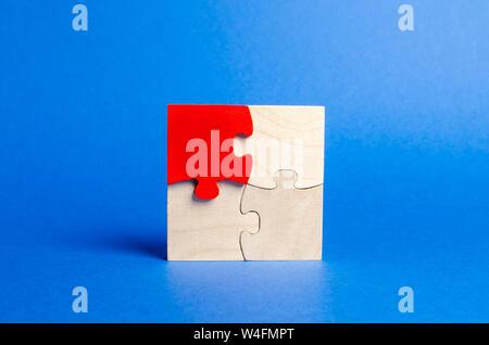 Puzzle in legno su uno sfondo blu. Un puzzle è diverso. Parere individuale. Distinguiti dalla folla. Unicità. Le divergenze di opinioni. Con differenti Foto Stock
