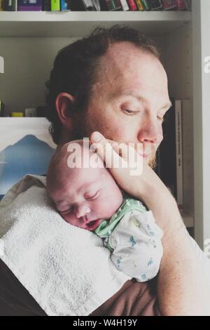 Padre tenendo il suo figlio neonato
