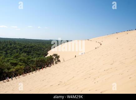 Dune di Pilat, Francia - settembre 10,2018: persone che camminano sulla sommità della Duna del Pilat, le più alte dune di sabbia in Europa. La Teste de Buch, Arcachon Foto Stock