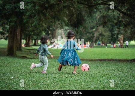 Due bambine giocare a palla Foto Stock